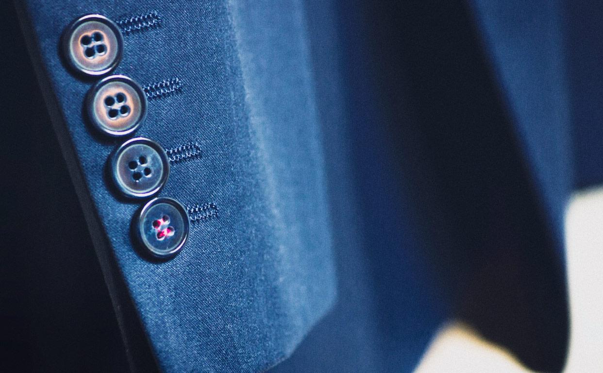服のボタンが割れた!洗濯やクリーニング前後に注意すべき点と対処法は?