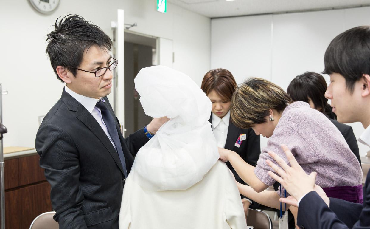 伊勢丹新宿本店のスタッフにプロが伝授。お気に入りのダウンを来年も楽しむためのケアのコツとは?