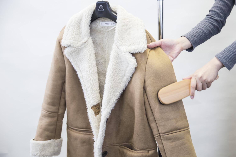f1a12f93802b 着たあとにブラッシングすると、ほこりや汚れを落とすこともできます。デリケートな素材のムートンは、ムートン専用の洋服ブラシを使うのがおすすめです。